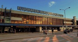 Der Eingang zum Flughafen Berlin-Schönefeld im Juni 2013. Quelle: Fotograf: calflier001, CC BY-SA 2.0 über Wikimedia Commons