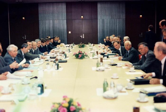 Gesprächsrunde zum 2. Staatsvertrag 1990. Quelle: Bundesregierung