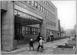 "Poliklinik ""Dr. Karl Kollwitz"" in Ost-Berlin 1986. Quelle: Bundesarchiv, Bild 183-1986-1209-014, Fotograf: Steffen Ritter"