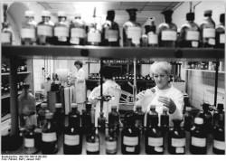 Untersuchung von Proben im Labor der Bezirksapotheken-inspektion 1987. Quelle: Bundesarchiv, Bild 183-1987-0108-303, Fotograf: Ralf Pätzold