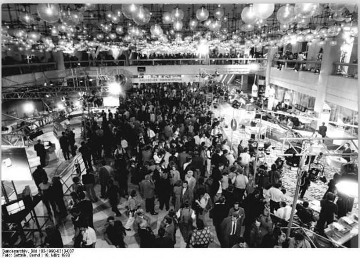 Berlin, Volkskammerwahl, Wahlzentrum. Quelle: Bundesarchiv, Bild 183-1990-0318-037, Fotograf: Bernd Settnik