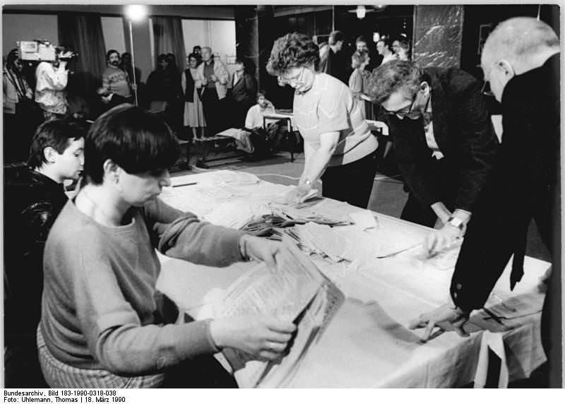 Berlin, Volkskammerwahl, Stimmauszählung. Quelle: Bundesarchiv, Bild 183-1990-0318-038, Fotograf: Thomas Uhlemann