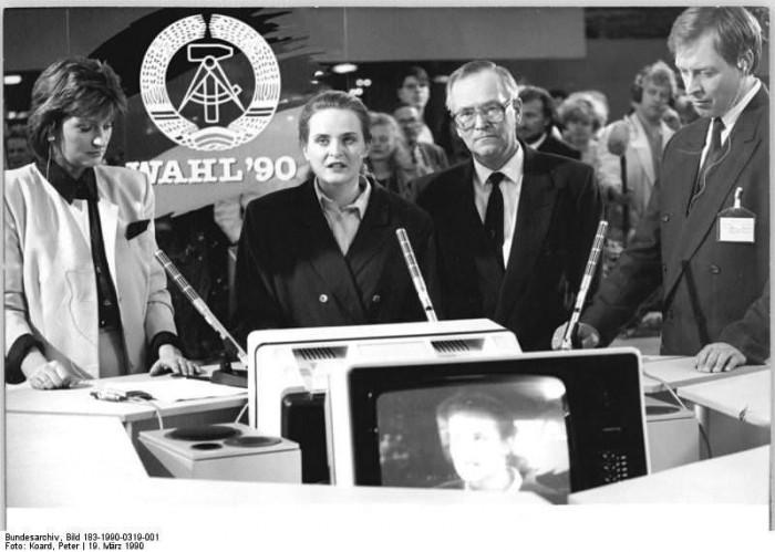 Berlin, Volkskammerwahl, vorläufiges Endergebnis. Quelle: Bundesarchiv, Bild 183-1990-0319-001, Fotograf: Peter Koard