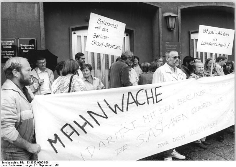 Rostock, Mahnwache vor Stasi-Bezirkszentrale. Quelle: Bundesarchiv, Bild 183-1990-0905-026, Fotograf: Jürgen Sindermann