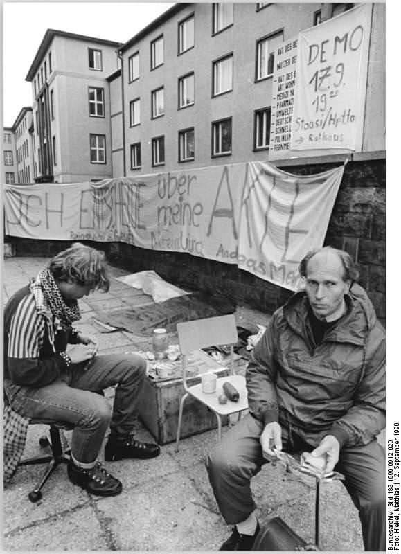 Dresden, Mahnwache vor Stasi-Gebäude. Quelle: Bundesarchiv, Bild 183-1990-0912-029, Fotograf: Matthias Hiekel