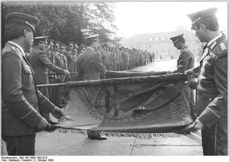 Bad Düben, Einrollen von NVA-Truppenfahnen. Quelle: Bundesarchiv, Bild 183-1990-1002-013, Fotograf: Friedrich Gahlbeck