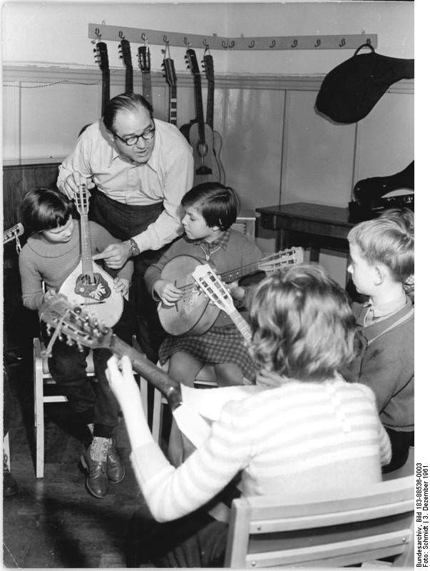 """Klubhaus der Gewerkschaften """"Hermann Duncker"""" in Halle 1951: Kinder lernen Mandoline und Gitarrespielen. Quelle: Bundesarchiv, Bild 183-88536-0003, Fotograf: Schmidt"""