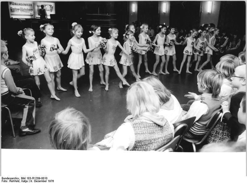 """Ballettklasse der Musikschule Berlin-Mitte 1976 bei einem Auftritt im Klubhaus des Pionierparks """"Ernst Thälmann"""". Quelle: Bundesarchiv, Bild 183-R1209-0010, Fotograf: Katja Rehfeld"""