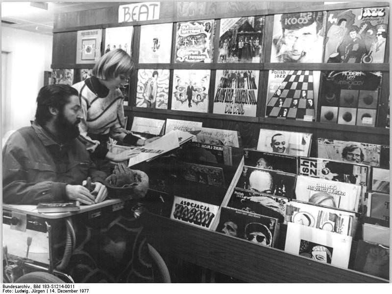 Wohngebietsbibliothek im Erfurter Stadtviertel Rieth. Quelle: Bundesarchiv, Bild 183-S1214-0011, Fotograf: Jürgen Ludwig