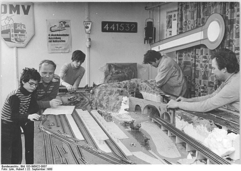 """Mitglieder der Arbeitsgemeinschaft Modelleisenbahnbau des Kulturhauses """"Herbert Warnke"""" in Guben 1980. Quelle: Bundesarchiv, Bild 183-W0922-0007, Fotograf: Hubert Link"""