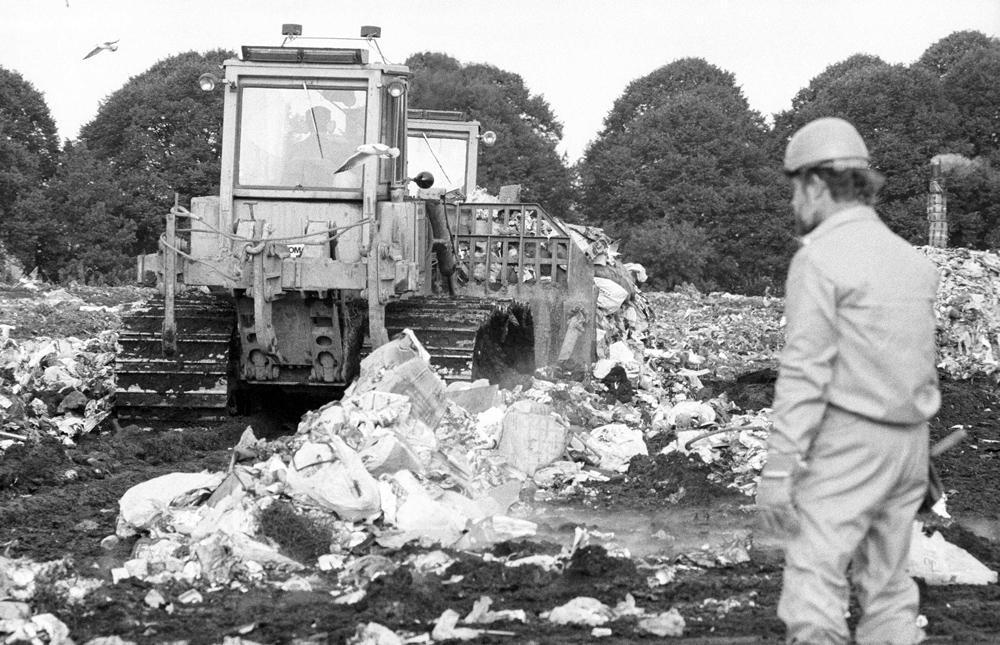 Müllkippe in Schönberg (Bezirk Rostock). Quelle: Bundesstiftung Aufarbeitung, Fotobestand Klaus Mehner, 86_0904_UMW_Deponie_20