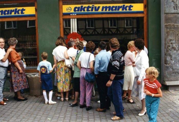 Menschen vor einem EDEKA-Markt im Eichsfeld im Juli 1990. Quelle: Bernd Schmidt, www.wir-waren-so-frei.de, CC BY-NC-ND