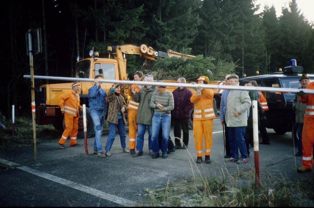 Mitarbeiter der Autobahnmeisterei Münchberg (Bayern) öffnen am 17. November 1989 den Schlagbaum an der DDR-Grenze. In unmittelbarer Nähe befindet sich der Grenzübergang Rudolphstein/Hirschberg.