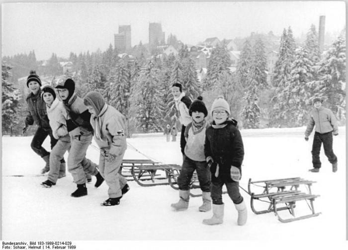 Kinder vor dem FDGB-Ferienheim in Oberhof. In der thüringischen Gemeinde errichtet der DTSB 1973 eine Sportschule, in der zahlreiche DDR-Wintersportler trainiert werden.