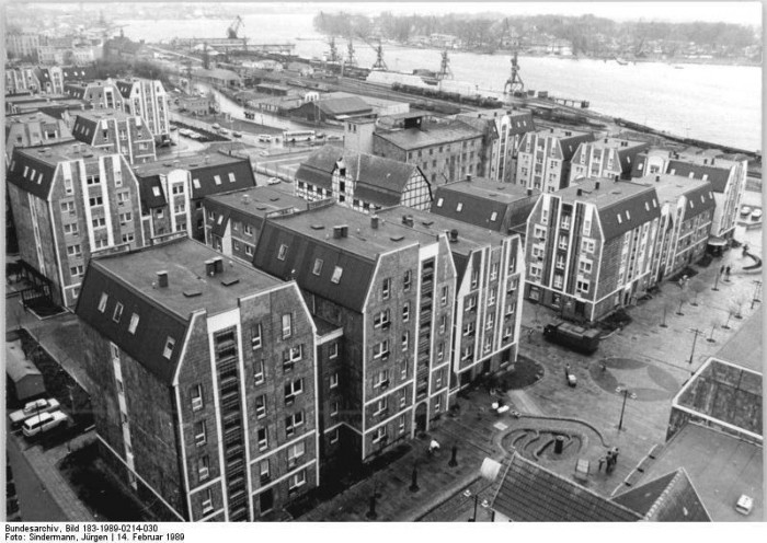 Blick auf das umgestaltete alte Hafenviertel in der nördlichen Altstadt von Rostock, 14. Februar 1989.