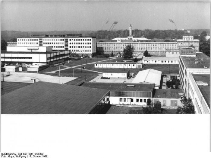 Blick auf das Gelände der Deutschen Hochschule für Körperkultur in Leipzig. Von 1950 bis 1990 bildet die DDR in der Hochschule Diplomsportlehrer und Lehrer für Körpererziehung für den Einsatz im Schul-, Breiten- und Leistungssport aus.