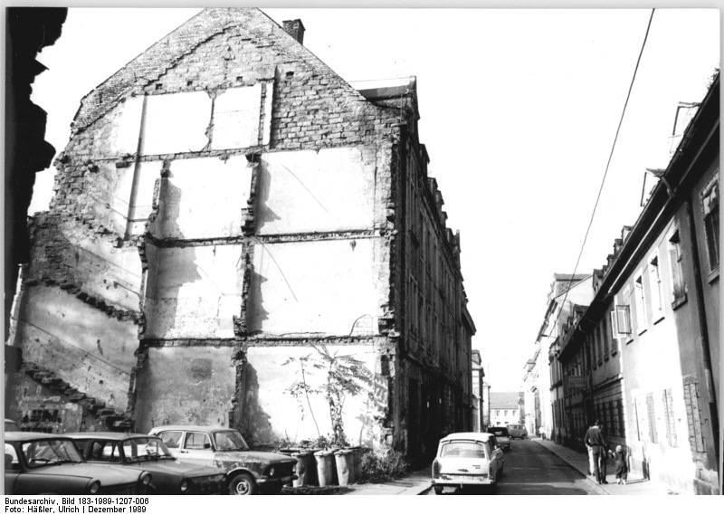 Große Teile der Altbausubstanz des Dresdner Stadtteils Neustadt, wie hier in der Böhmischen Straße, sind 1989 vollkommen verfallen.