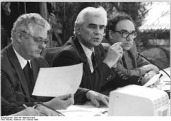 Auf der 11. Sitzung des Runden Tisches am 5. Februar 1990 werden Fragen des zukünftigen Pressevertriebes in der DDR debattiert. Im Bild der damalige Postminister Klaus Wolf (M.), Moderator Karl-Heinz Ducke (l.) und der stellvertretende Regierungssprecher Ralf Bachmann (r.).