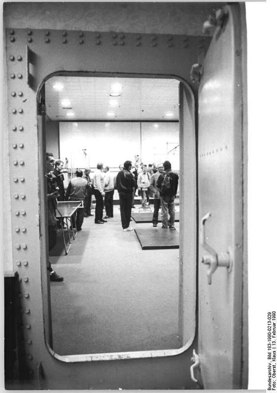 Blick in die Druckkammer in der Sportschule Kienbaum zur Simulierung von Höhentraining. An den Geräten der großen Halle können 39 Sportler gleichzeitig trainieren, während in der zweiten Halle sechs Ruderer bzw. Kanuten gleichzeitig in einem 10.000-Liter-Becken üben können.