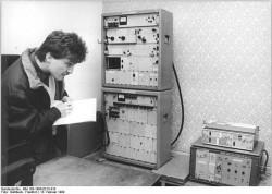 ADN-ZB Gahlbeck 13.2.1990-Le-Bez. Leipzig: Stasi- Richfunkanlage - Frank Teichmann vom Bürgerkomitee Leipzig zur Aulösung des Amtes für Nationale Sicherheit registriert eine Simplex-Richtfunkanlage des ehemaligen Stasi in einem Gebäude des VEB MAB Schkauditz. Die Anlage wurde im Dezember 1989 abgeschaltet und in den letzten Wochen für die Bedürfnisse der Post und des DRK umgerüstet. Am Nachmittag des 12.2.1990 begann in Anwesenheit von Vertretern des Runden Tischs Leipzig der zivile Betrieb.