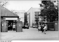 Haupteingang der Studios des Deutschen Fernsehfunks in Berlin-Adlershof, 6. April 1990.