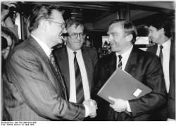 Der Minister für Wirtschaft der DDR, Gerhard Pohl (l.), und Bundeswirtschaftsminister Helmut Haussmann (r.) treffen sich am 19. April 1990 erstmals zu offiziellen Gesprächen in Berlin. In der Mitte: Franz Bertele, Leiter der Ständigen Vertretung der Bundesrepublik in der DDR.