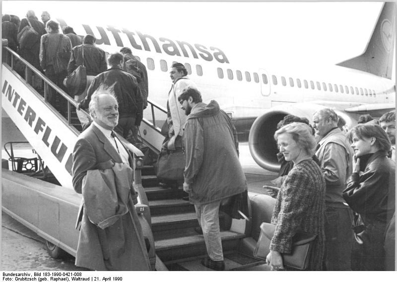Zu zwei Benefizkonzerten für Leipzig starten die Mitglieder des Gewandhaus-Orchesters unter der Leitung von Kurt Masur (vorne l.) vom Flugplatz Leipzig-Schkeuditz nach Hannover.
