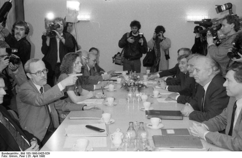 Berlin, Gespräch zum Staatsvertrag. Quelle: Bundesarchiv, Bild 183-1990-0425-029, Fotograf: Peter Grimm