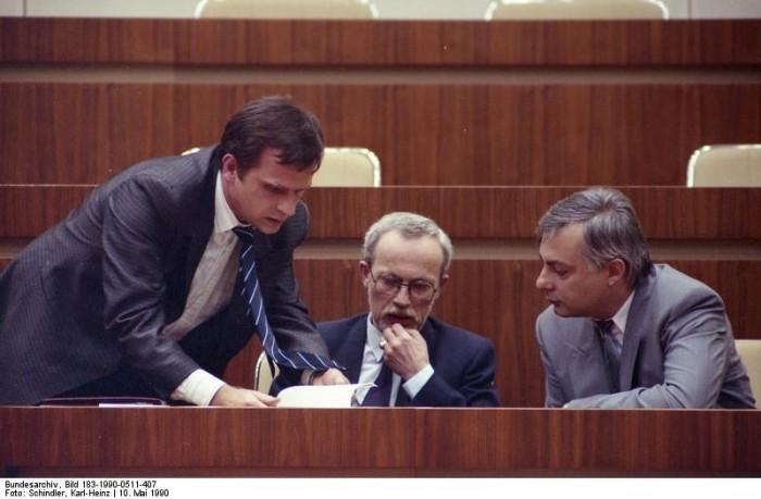 Volkskammer, Krause, Maizière, Reichenbach. Quelle: Bundesarchiv, Bild 183-1990-0511-407, Fotograf: Karl-Heinz Schindler