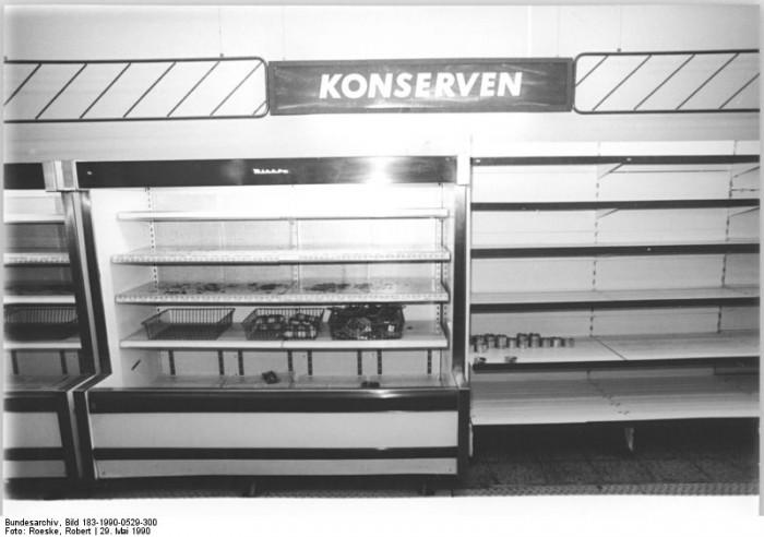Leeres Regal einer Kaufhalle in Berlin-Lichtenberg. Auf Grund von Vorratskäufen der Bevölkerung kommt es im Mai und Juni 1990 zu Versorgungsengpässen bei Konserven.