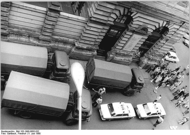 Leipzig, Straße, Geldtransporter. Quelle: Bundesarchiv, Bild 183-1990-0605-032, Fotograf: Friedrich Gahlbeck