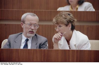 Lothar de Maizière und Sabine Bergmann-Pohl auf der 14. Tagung der Volkskammer am 15. Juni 1990. Auf der Sitzung wird das Preisgesetz debattiert.