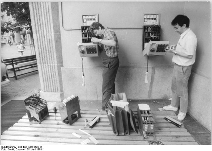 Berlin, Postmitarbeiter an Telefongeräten. Quelle: Bundesarchiv, Bild 183-1990-0625-311, Fotograf: Gabriele Senft