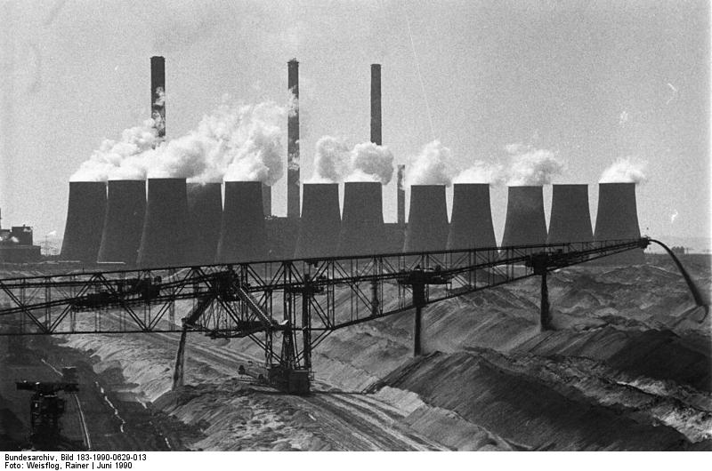 Als Boxberger Energie AG versucht sich das Kraftwerk Boxberg, größtes Braunkohlewerk der DDR, im Juni 1990 als privates Unternehmen zu etablieren. Quelle: Bundesarchiv, Bild 183-1990-0629-013, Fotograf: Rainer Weisflog