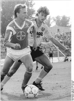 Andreas Thom (l.), DDR-Nationalspieler des BFC Dynamo, wechselt als erster Spieler am 1. Februar 1990 in die Bundesliga zu Bayer 04 Leverkusen. Seinen Vertrag hatte er bereits am 12. Dezember 1989 unterzeichnet.