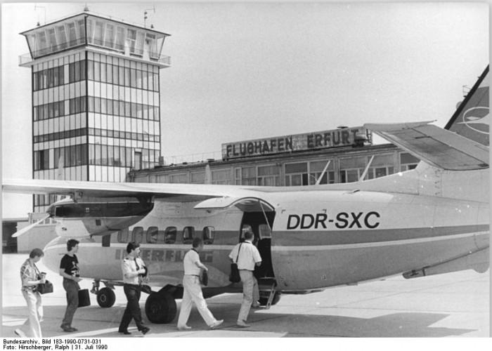 Am 31. Juli 1990 startet eine Maschine vom Typ L 410 zum Linienflug von Erfurt nach Berlin. Die Strecke wird seit dem 18. Juli 1990 wochentags in beiden Richtungen zweimal täglich beflogen. Der einstündige Flug kostet 185 DM.