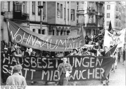 Demonstration gegen Mieterhöhungen am 4. August 1990 in Ost-Berlin. Quelle: Bundesarchiv, Bild 183-1990-0805-303, Fotograf: Bernd Settnik