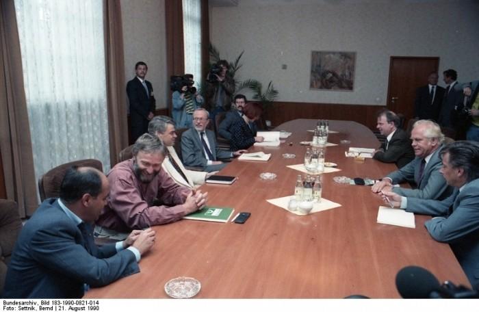 Berlin, Beratungen über Einigungsvertrag. Quellen: Bundesarchiv, Bild 183-1990-0821-014, Fotograf: Bernd Settnik