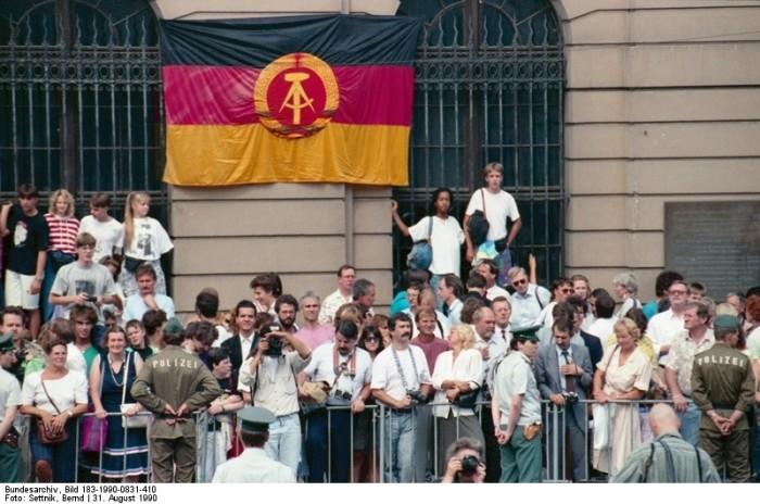 Berlin, Einigungsvertrag, Schaulustige. Quelle: Bundesarchiv, Bild 183-1990-0831-410, Fotograf: Bernd Settnik
