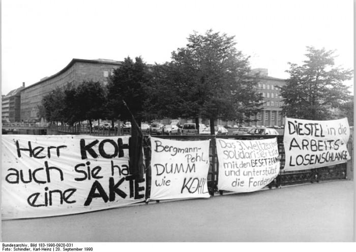 Berlin, Transparente zum Einigungsvertrag. Quelle: Bundesarchiv, Bild 183-1990-0920-031, Fotograf: Karl-Heinz Schindler