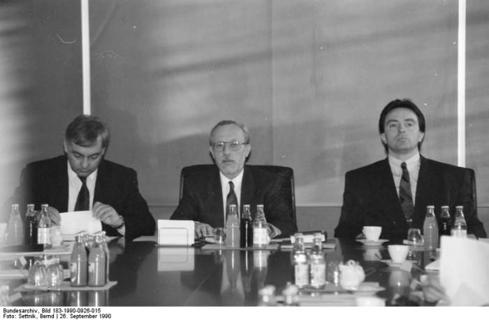 Berlin, Ministerrat, letzte Sitzung. Quelle: Bundesarchiv, Bild 183-1990-0926-015, Fotograf: Bernd Settnik