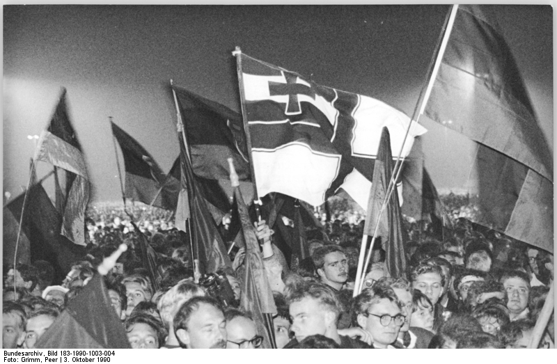 Berlin, Vereinigungsfeier, Fahnen. Quelle: Bundesarchiv, Bild 183-1990-1003-004, Fotograf: Peter Grimm