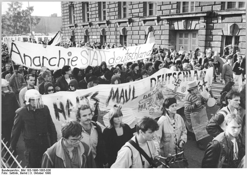 Berlin, Demonstration gegen Wiedervereinigung. Quelle: Bundesarchiv, Bild 183-1990-1003-036, Fotograf: Bernd Settnik