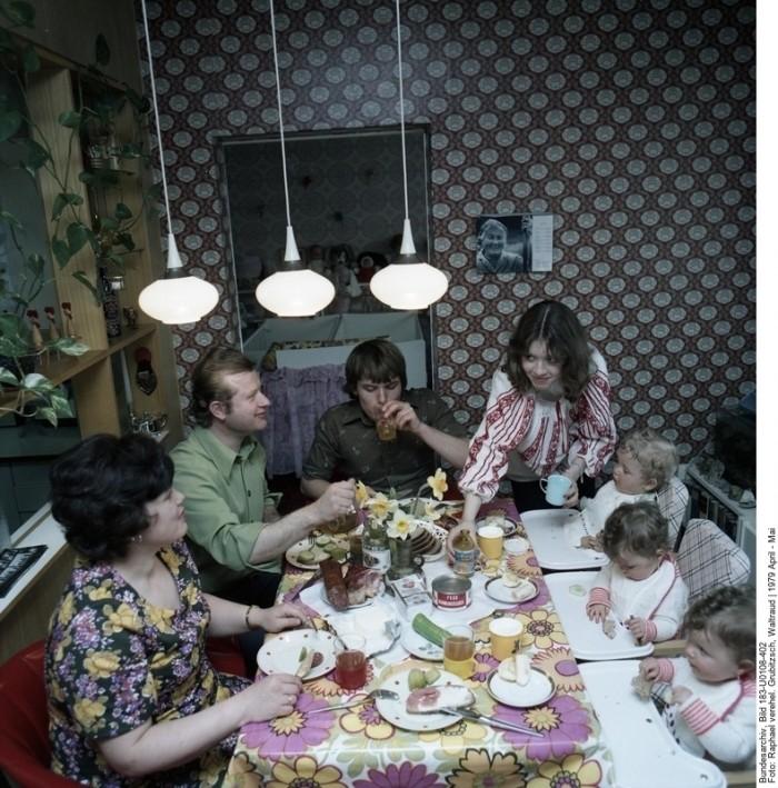 Großfamilie in Leipzig 1979. Quelle: Bundesarchiv, Bild 183-U0108-402, Fotograf: Waltraud Grubitzsch