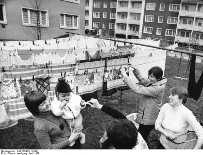 Frauen auf dem Wäscheplatz vor einem Wohnhaus in Flöha 1979. Quelle: Bundesarchiv, Bild 183-U0410-026, Fotograf: Wolfgang Thieme