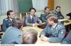 Berlin, Peter-Michael Diestel im Polizeirevier. Quelle: Bundesarchiv, Bild 183-1990-0427-432, Fotograf: Hartmut Reiche