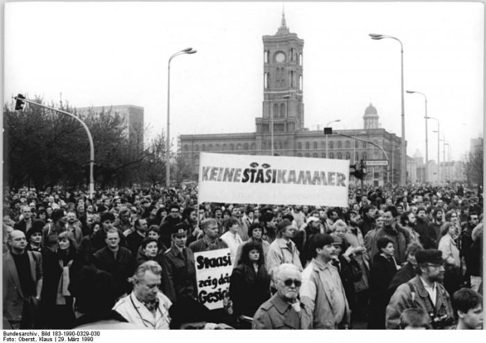 Berlin, Anti-Stasidemonstration. Quelle: Bundesarchiv, Bild 183-1990-0329-030, Fotograf: Klaus Oberst