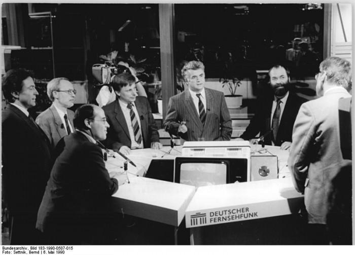 Berlin, Kommunalwahl, Wahlstudio. Quelle: Bundesarchiv, Bild 183-1990-0507-015, Fotograf: Bernd Settnik