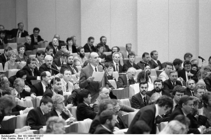 Berlin, 15. Volkskammertagung. Quelle: Bundesarchiv, Bild 183-1990-0617-017, Fotograf: Klaus Franke