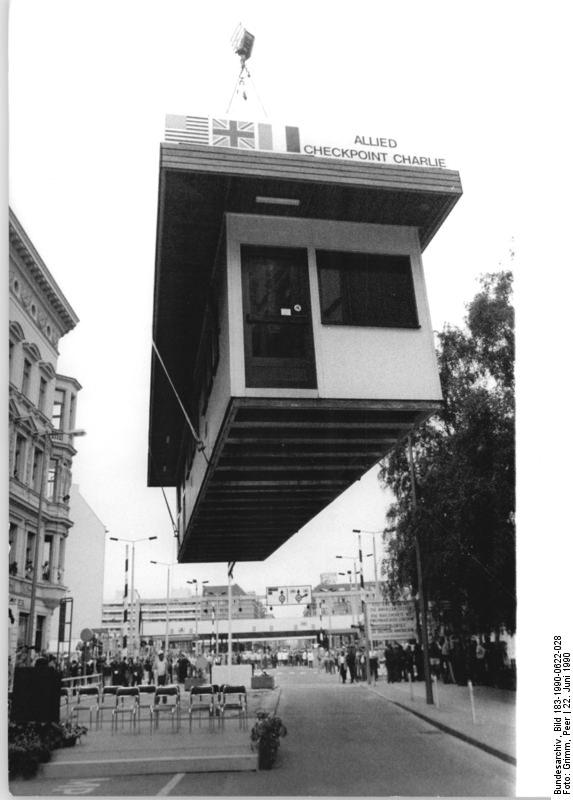 Berlin, Abriss Checkpoint Charlie. Quelle: Bundesarchiv, Bild 183-1990-0622-028, Fotograf: Peter Grimm